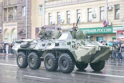 БТР-80 (заводское обозначение - ГАЗ-5903) после репетиции парада на Тверской улице в Москве, 07 мая 2009 года
