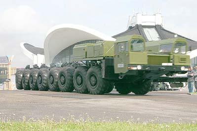 Специальное колёсное шасси МЗКТ-79221, колёсная формула - 16x16, покидает после закрытия 5-ю Международную выставку вооружений и военной техники MILEX-2009, 22 мая 2009 г.